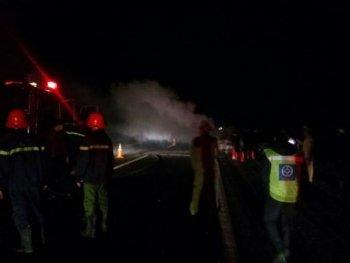 """Xe Lexus cháy trơ khung trên đường cao tốc, bình cứu hỏa """"bó tay"""""""