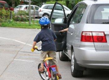 Mở cửa ô tô sao cho an toàn