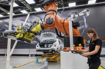 Mercedes chuộng người hơn robot