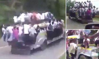 """Philippines: Hàng chục học sinh """"đu đeo"""" trên xe bus đến trường"""