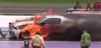 Ford Mustang bốc cháy dữ dội trên đường đua