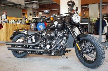 Harley Slim S dáng cổ xuất hiện ở Sài Gòn