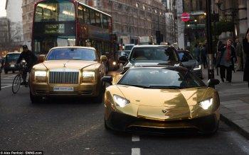 """""""Biệt đội"""" xe dát vàng náo loạn đường phố"""