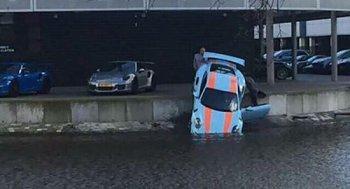 Kỹ thuật viên Porsche lao siêu xe 911 GT3 RS xuống kênh nước