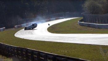 Renault Megane RS ngửa bụng trên đường đua