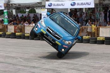 Subaru biểu diễn văng lật xe thót tim tại sân Mỹ Đình