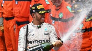 Lewis Hamilton thắng kịch tính khi đua phố