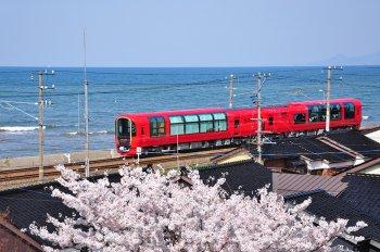 """Ngắm cảnh đẹp Nhật Bản trên chuyến tàu """"trong suốt"""""""