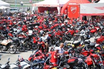 Hàng vạn tín đồ mô tô nhuộm đỏ lễ hội World Ducati Week 2016