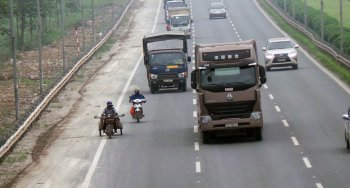 Lái xe máy an toàn khi gặp xe tải