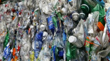 Tương lai,  xe Tesla có thể được làm từ chai nhựa