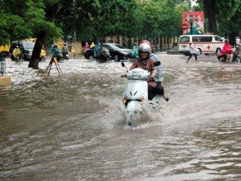 Lái xe máy an toàn trong trời mưa bão