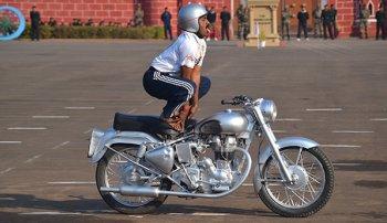 Tròn mắt xem trình diễn Yoga trên xe máy