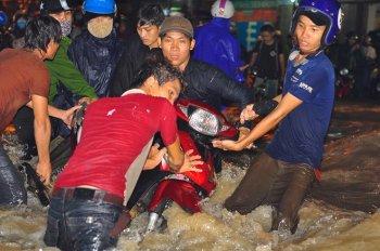 Đồng Nai: Mưa ngập cuốn trôi cả xe máy