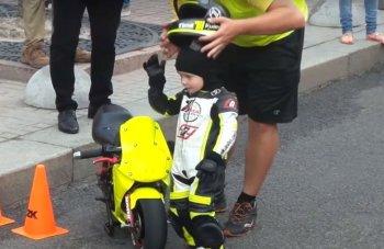 Em bé 3 tuổi chạy mô tô thần sầu