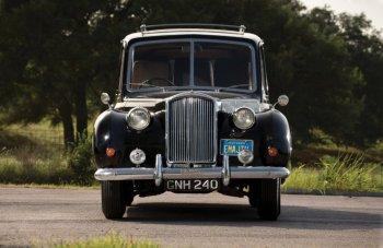 """Lục lại chiếc Limousine của """"huyền thoại âm nhạc"""" John Lennon"""