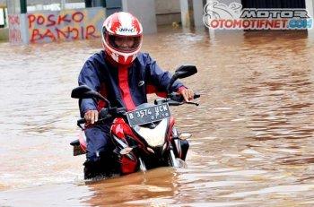 Kawasaki 200NS vô tư lội nước