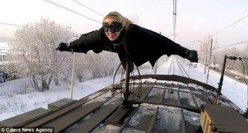 """Xem Batgirl """"bay lượn"""" trên nóc tàu hỏa"""