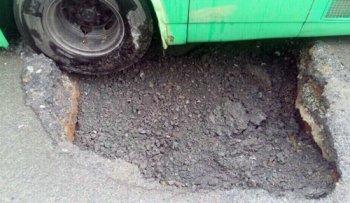 """TPHCM: """"Hố tử thần"""" vừa lấp đã sụt khiến xe buýt lật nghiêng"""