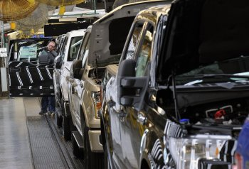"""Ford tạm ngừng sản xuất """"hàng hot"""" F-150 vì sức mua giảm"""