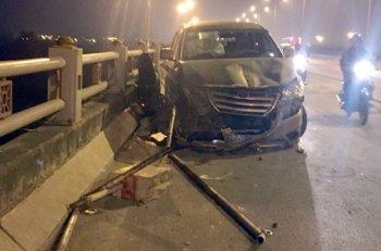 Xe Toyota Innova lấn làn, nam sinh đi xe máy rơi khỏi cầu tử vong