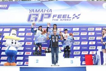 """Con gái """"cướp"""" hết """"cup"""" giải đua Yamaha MotoGP Bình Dương"""