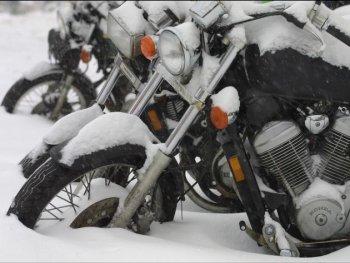 Vì sao xe máy khó khởi động khi trời lạnh?