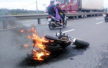 Xe máy bốc cháy, cô gái hốt hoảng bỏ chạy