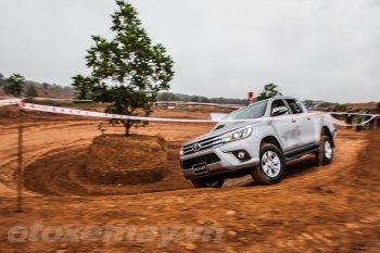 Chơi off-road với Toyota Hilux 2016