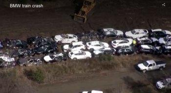Xót ruột hàng trăm xe BMW mới cứng bị  xe xúc vần vò