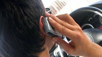 Sử dụng điện thoại không cầm tay khi đang lái xe cũng nguy hiểm