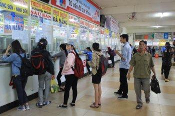 Chen lấn để mua vé xe Tết giá chát