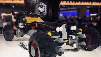 Siêu xe người dơi bằng Lego quấy phá Detroit Auto Show 2017