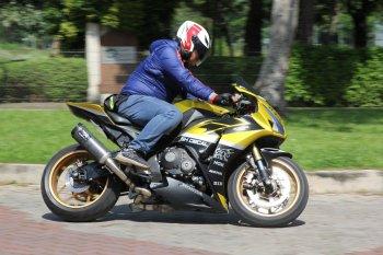 """Honda CBR1000RR """"lạc trôi"""" ngất ngây chơi Tết"""