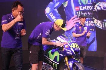 Tay đua lừng danh Rossi tự tay dán quốc kỳ Việt Nam lên xe đua cực đỉnh Yamaha M1