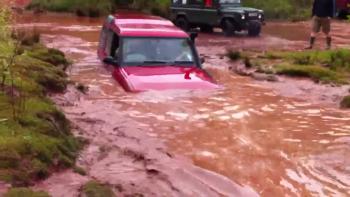 """Land Rover Discovery lầm lũi vượt nước sâu """"ngang người"""""""