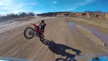 Flycam bay chóng mặt đua tốc độ với motorcross