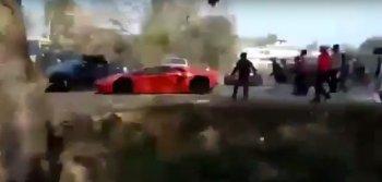 """Bộ đôi Lamborghini và Ferrari """"suýt chết"""" vì bị ném đá dữ dội"""