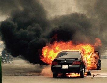 Hà Nội: Ôtô bốc cháy ngùn ngụt giữa ngã tư