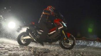"""Marquez """"đạp"""" tuyết cùng mẫu tay ga adventure Honda X-ADV"""