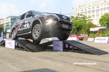 Toyota Fortuner và Hilux biểu diễn lái lộn nghiêng không lật