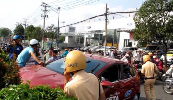 """TP.HCM: xe hơi """"tự"""" lao ra đường tông người thương nặng"""