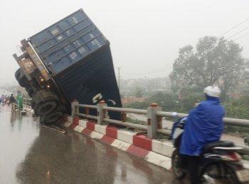 Xe container vắt ngang thành cầu Thanh Trì