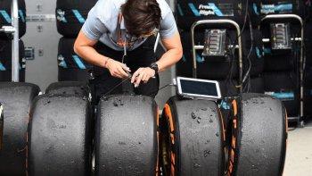 """Lốp Pirelli cực mềm sẽ """"bơm lửa"""" giải đua F1 2017"""