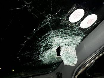 Xe hơi bị ném vỡ kính trên đường Hà Nội - Thái Nguyên