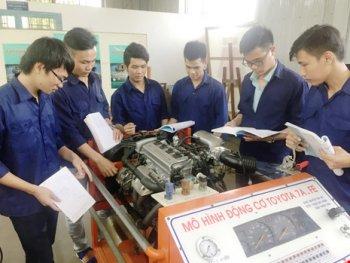 Toyota Việt Nam tặng xe, thiết bị cho các trường đại học, cao đẳng