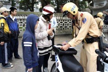 Cảnh sát giao thông tặng dân mũ bảo hiểm xịn