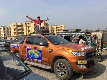 """Sốc với cách chạy xe như """"tay đua siêu đẳng"""" tại Ấn Độ và Nepal"""