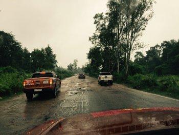 Nhớ đời cảm giác ngồi trên nóc xe ở Ấn Độ chạy hùng hục