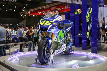 Cận cảnh mẫu xe đua Yamaha YZR-M1 2017 gắn quốc kỳ Việt Nam
